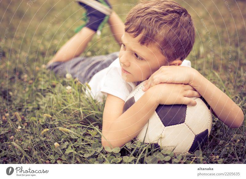Portrait eines jungen Jungen mit Fußball. Kind Mensch Mann Sommer grün Erholung Freude Erwachsene Lifestyle Bewegung Sport Gras Familie & Verwandtschaft klein