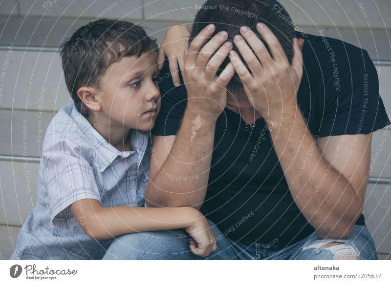 Portrait des jungen traurigen kleinen Jungen und des Vaters Gesicht Kind Mann Erwachsene Eltern Familie & Verwandtschaft Kindheit Traurigkeit Umarmen