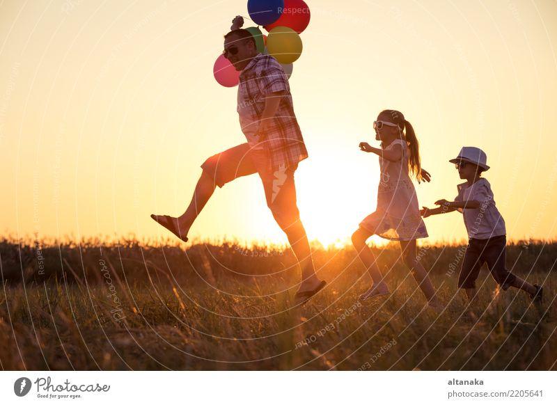 Vater und Kinder, die auf der Straße laufen Mensch Natur Ferien & Urlaub & Reisen Mann Sommer Sonne Freude Erwachsene Lifestyle Liebe Sport