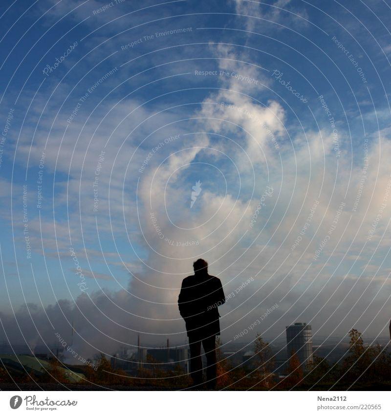 Nachdenklich... Mensch Mann Himmel blau Senior Wolken Einsamkeit Ferne Arbeit & Erwerbstätigkeit Denken Angst dreckig Erwachsene Umwelt Industrie stehen