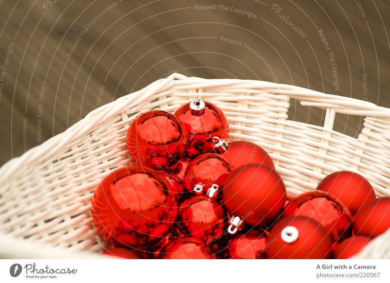 Weihnachtskugel Parkplatz Lifestyle elegant Stil Design Dekoration & Verzierung hängen liegen glänzend Kitsch rot weiß Kugel Korb aufbewahren Christentum Winter
