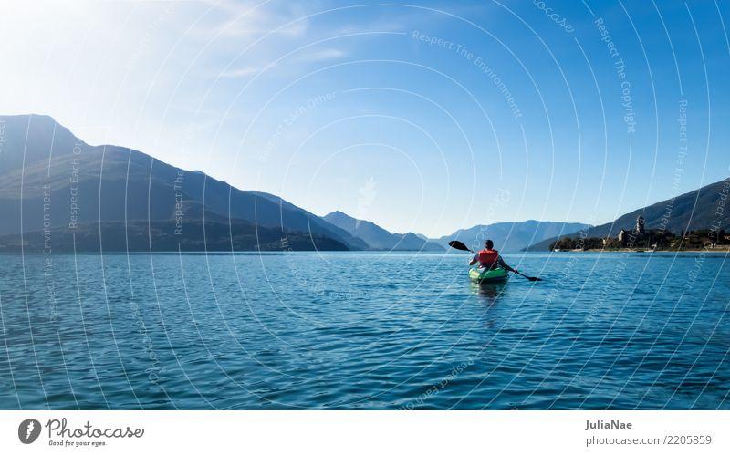 Paddeln am Comer See Provinz Como di como Italien Wasser ruhig Wasserfahrzeug Kanu fahren kanu fahren boot fahren Mensch allein Berge u. Gebirge blau