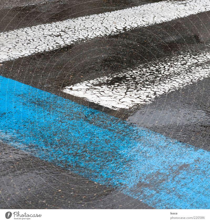 blau-weiß-schwarz Wasser alt Sommer Straße Farbe Regen Linie nass Schilder & Markierungen einfach Asphalt feucht schlechtes Wetter