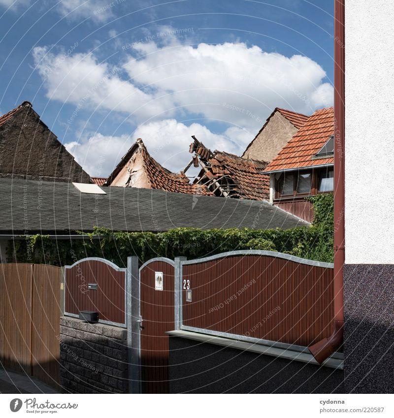 Das Dahinter alt Himmel ruhig Haus Umwelt Dach kaputt Wandel & Veränderung Vergänglichkeit Dorf außergewöhnlich Verfall Vergangenheit Zaun skurril