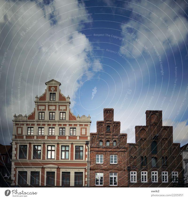 Hierarchie Himmel alt Stadt Haus Wolken Fenster Wand Gebäude Mauer Zusammensein Fassade leuchten historisch Vergangenheit Sehenswürdigkeit Bauwerk