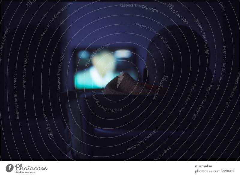 TV glotzen Lifestyle Fernsehen Mensch maskulin Kopf Ohr Fernseher beobachten genießen Blick Häusliches Leben dunkel nerdig trashig Kultur Mittelpunkt Programm