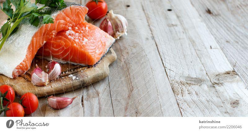 Frische rohe Lachse auf einem hölzernen Schneidebrett Fisch Gemüse Kräuter & Gewürze Ernährung Essen Abendessen Diät Tisch frisch rot Hintergrund Holzplatte