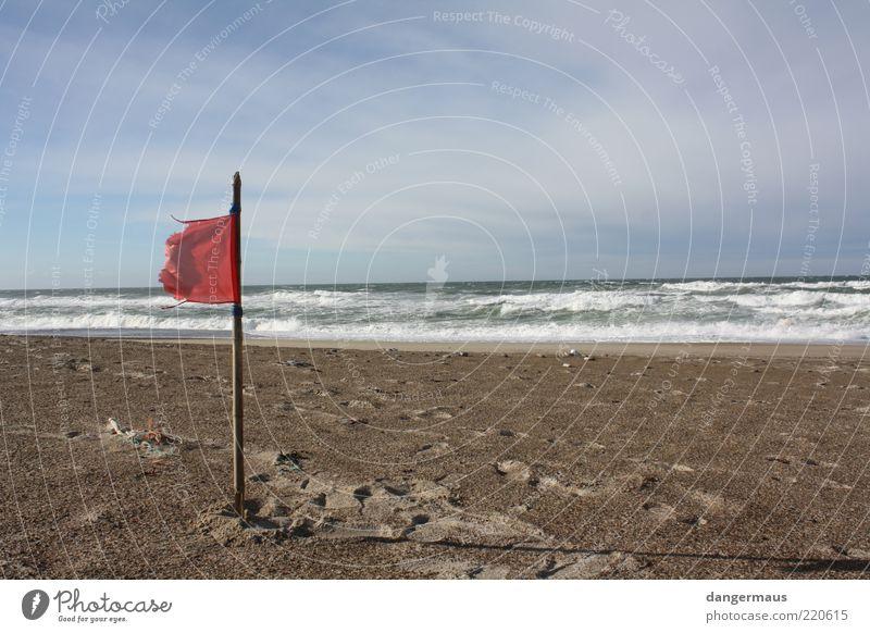 Rote Fahne Strand Meer Sandstrand Natur Landschaft Wasser Wolken Horizont Schönes Wetter Wind Wellen Küste Nordsee rot Fernweh Außenaufnahme Textfreiraum rechts