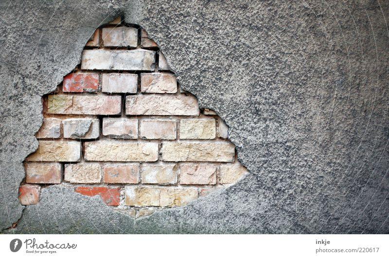 der Putz ist ab Mauer Wand Fassade Putzfassade Stein Beton Backstein Loch Durchbruch alt dunkel hässlich kaputt braun grau rot Gefühle Stimmung standhaft