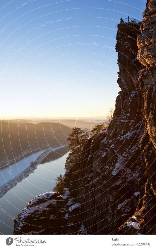 bastei Mensch Natur Himmel Winter Schnee Berge u. Gebirge Stein Landschaft Deutschland Horizont Felsen Tourismus Aussicht Gipfel Schönes Wetter Schlucht
