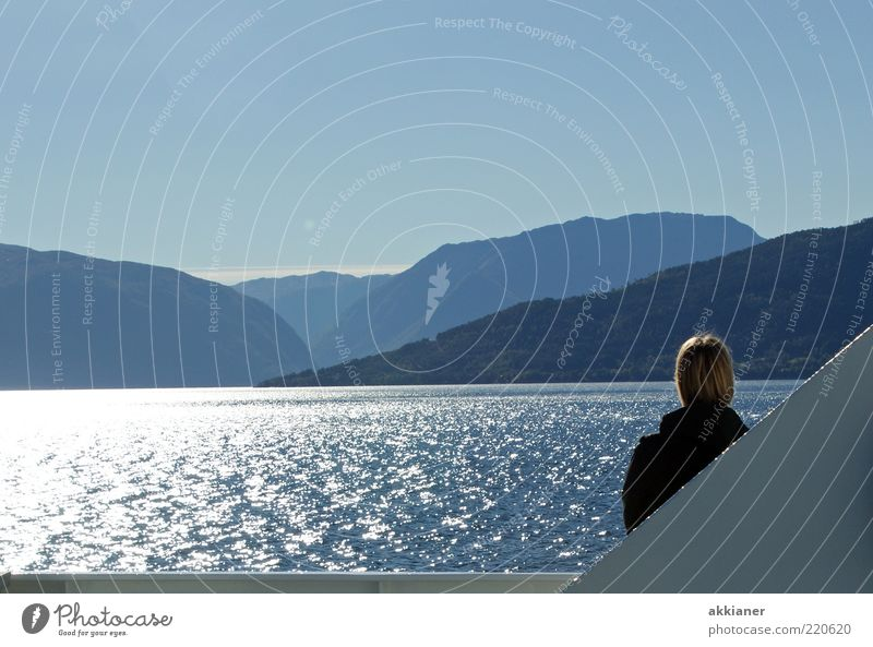Hallo Mensch Frau Natur blau Meer Landschaft Ferne Erwachsene kalt Umwelt Berge u. Gebirge Küste Haare & Frisuren Kopf hell Felsen