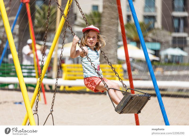Swingin´ Lifestyle Freude Spielen Kindererziehung Kindergarten Mädchen 1 Mensch 3-8 Jahre Kindheit Natur Sand Spielplatz Lächeln schaukeln stehen Fröhlichkeit