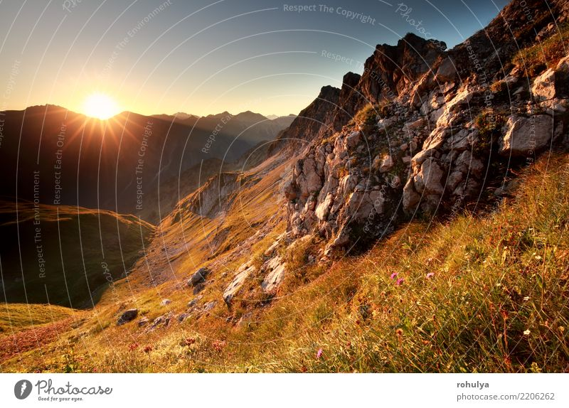 Goldsonnenaufgang in den Bergen während des Sommers Ferien & Urlaub & Reisen Abenteuer Sonne Berge u. Gebirge Natur Landschaft Himmel Wiese Felsen Alpen Fluss