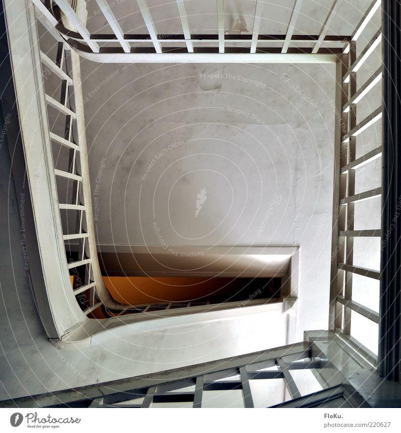 Treppenhaus-Schnecke alt weiß dreckig Architektur Perspektive Ende aufwärts Geländer Treppengeländer Spirale Durchblick Windung