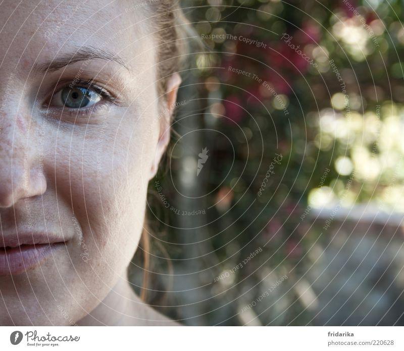 durchblick Wimperntusche Wohlgefühl Zufriedenheit Sinnesorgane feminin Frau Erwachsene Haut Kopf Haare & Frisuren Gesicht Auge Nase Mund Lippen 1 Mensch Lächeln