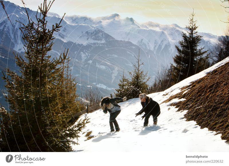 Liebespaar bei Schneeballschlacht Frau Mensch Mann Jugendliche Baum Freude Winter Leben Erholung Berge u. Gebirge Glück Paar Landschaft Freundschaft