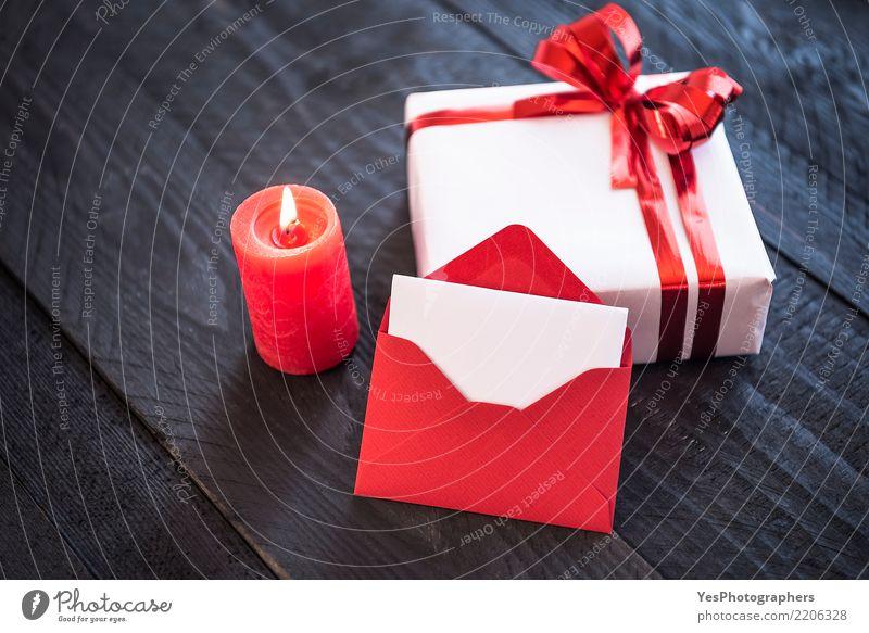 Brief über ein Geschenk und Kerzenlicht - ein lizenzfreies Stock ...