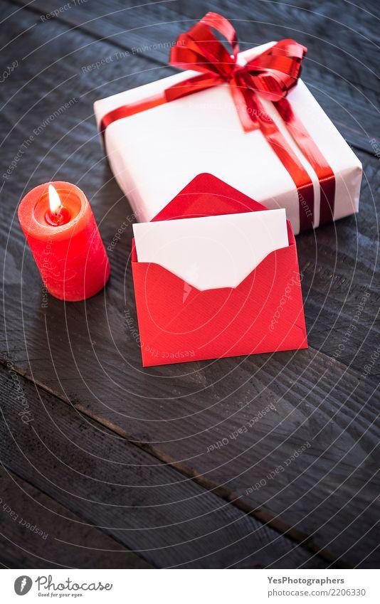 Stilvolles Geschenk und leerer roter Brief Feste & Feiern elegant Geburtstag niedlich Überraschung Silvester u. Neujahr Holztisch Handarbeit vertikal festlich