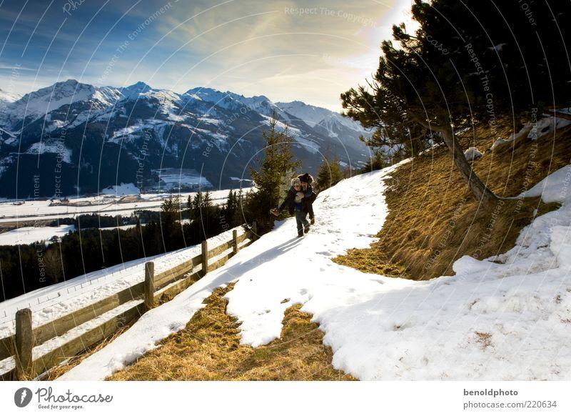 Liebespaar beim Winterspaziergang Mensch Erwachsene Ferne Leben Schnee Landschaft Freiheit Gefühle Berge u. Gebirge Bewegung Glück Wege & Pfade Stimmung Paar
