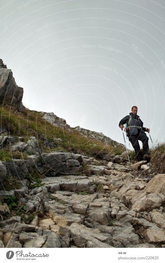 Gehsteig Mensch Mann Sommer ruhig Einsamkeit Gras Berge u. Gebirge grau Wege & Pfade Erwachsene wandern Felsen Alpen sportlich Wachsamkeit Urelemente