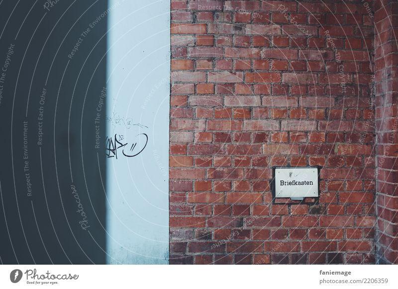 Briefkasten Lifestyle Stadt Wand Mauer Schilder & Markierungen Backstein Kasten Graffiti Backsteinwand Backsteinhaus Strukturen & Formen Kunst Herbst bläulich