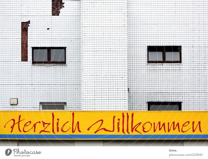 Aber das wäre doch nicht nötig gewesen ... Außenaufnahme Willkommen Wort Buchstaben Fenster grau Fassade kaputt zynisch Zentralperspektive dialektisch gelb weiß