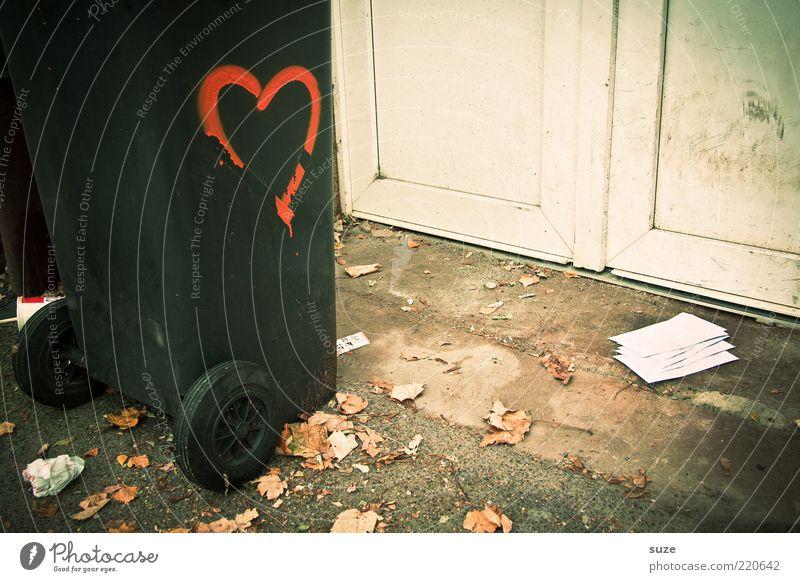 Lovestory Herbst Blatt Tür Zeichen Schilder & Markierungen Graffiti Herz Liebe Trauer Liebeskummer Schmerz Einsamkeit Ende verlieren Müllbehälter Brief