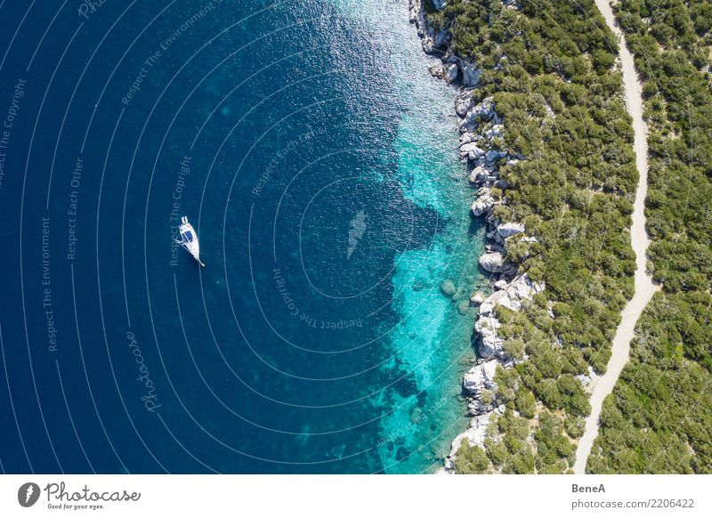 Segelboot ankert in felsiger Bucht mit türkisblauem Wasser Natur Ferien & Urlaub & Reisen Sommer Landschaft Meer Erholung Freude Strand Lifestyle Küste Stil