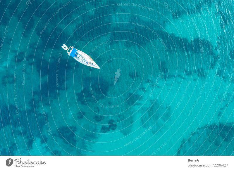 Segelschiff ankert in türkisblauem Wasser im Meer von oben Ferien & Urlaub & Reisen Sommer Sonne Erholung Freude Ferne Strand Lifestyle Küste Stil Tourismus