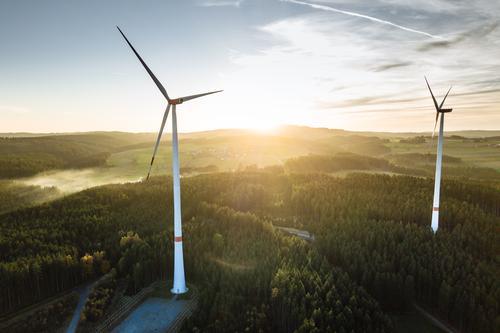 Windpark im Wald bei Sonnenuntergang von oben Industrie Energiewirtschaft Technik & Technologie Fortschritt Zukunft High-Tech Erneuerbare Energie