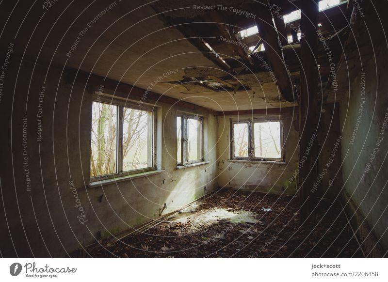 Licht und viel Schatten Raum Winter Haus Ruine Fenster Ecke dreckig authentisch kalt kaputt Stimmung Einsamkeit Endzeitstimmung Verfall Vergänglichkeit