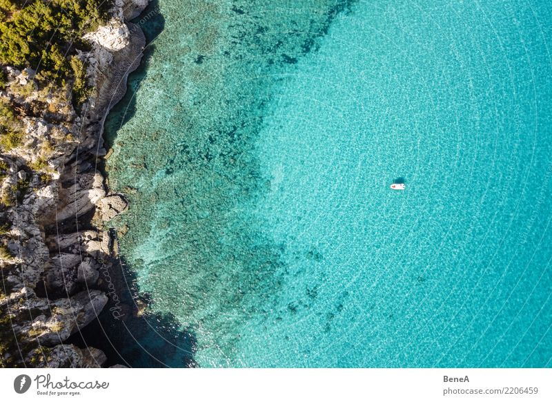 Boot ankert in Felsen Bucht mit türkisblauem Meer von oben Natur Ferien & Urlaub & Reisen Sommer Wasser Sonne Erholung Ferne Strand Küste Tourismus Freiheit