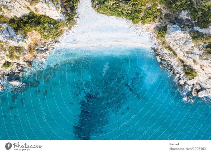 Bucht mit Felsen, weißem Sand Strand und blauem Meer von oben Erholung Schwimmen & Baden Ferien & Urlaub & Reisen Tourismus Ausflug Abenteuer Ferne Freiheit