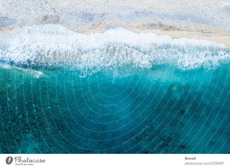 Türkisblaues Meer und Wellen am weißen Strand von oben Natur Ferien & Urlaub & Reisen Sommer Wasser Sonne Erholung ruhig Ferne Küste Tourismus Freiheit