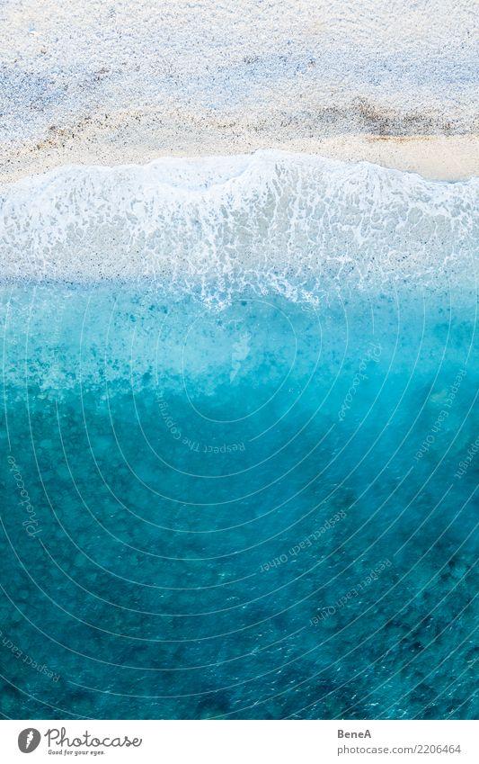 Türkisblaues Meer und Wellen an einem weißen Strand von oben Natur Ferien & Urlaub & Reisen Sommer Wasser Sonne Erholung Ferne Küste Tourismus Freiheit
