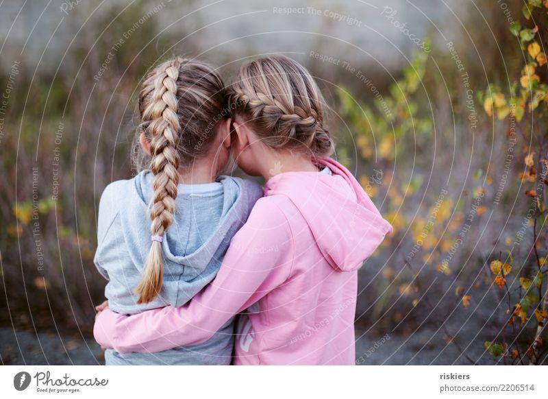 Schwesterherz Kind Mensch Natur Mädchen Umwelt Herbst Liebe natürlich feminin Zusammensein Freundschaft träumen Kindheit blond niedlich festhalten