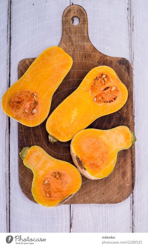halber frischer Kürbis Gemüse Essen Abendessen Vegetarische Ernährung Tisch Halloween Natur Herbst Holz oben gelb weiß Tradition Lebensmittel Gesundheit