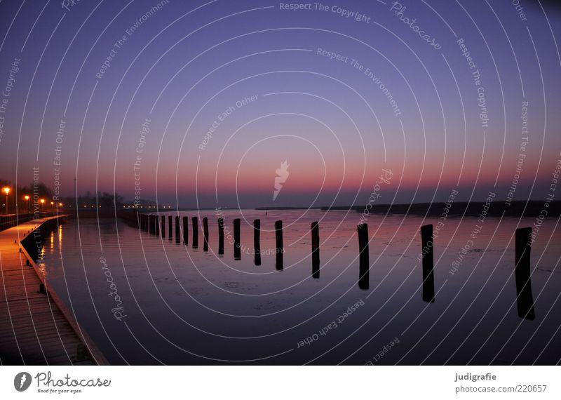 Silvestermorgen Umwelt Natur Landschaft Wasser Küste Hafen dunkel fantastisch kalt natürlich Stimmung Idylle ruhig Ferne Straßenbeleuchtung Steg Farbfoto