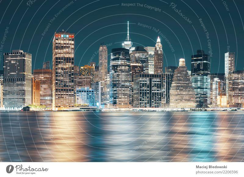 New York City Skyline bei Nacht. Fluss Stadt Stadtzentrum Hochhaus Gebäude Architektur Fassade Wahrzeichen trendy blau Erfolg planen Manhattan altehrwürdig