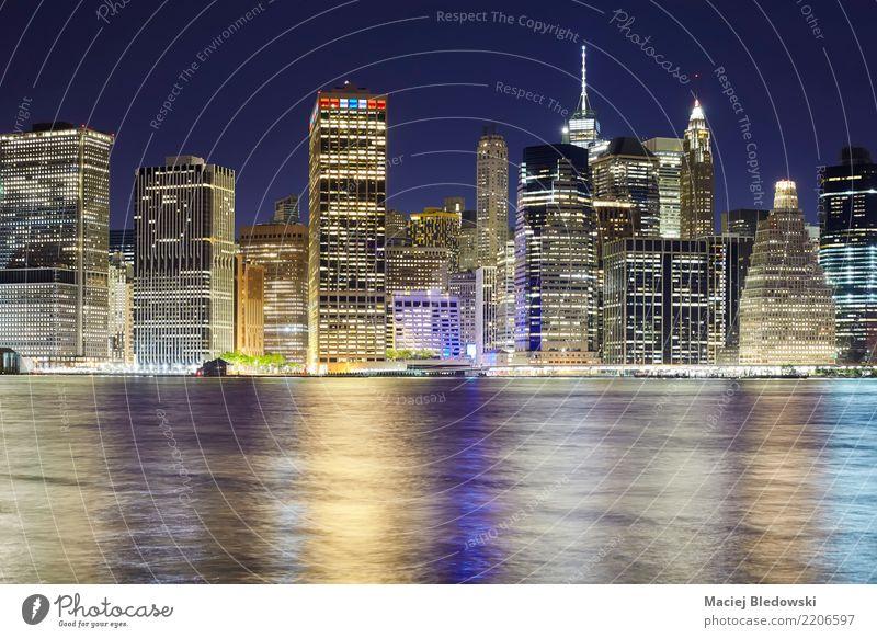 New York City Skyline bei Nacht. Büro Fluss Stadt Stadtzentrum Hochhaus Gebäude Architektur Sehenswürdigkeit Wahrzeichen Denkmal Erfolg