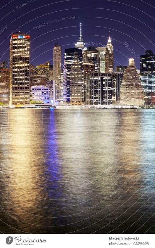 Skyline von Manhattan in der Nacht. Fluss Stadt Hochhaus Gebäude Architektur Sehenswürdigkeit Wahrzeichen Denkmal Business Design Erfolg Kapitalwirtschaft