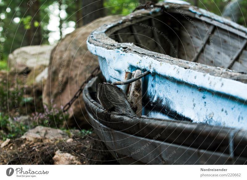 Auf dem Trockenen sitzen Sommer Fischerboot Ruderboot Holz alt Ende stagnierend Stimmung Verfall Vergänglichkeit Farbfoto Gedeckte Farben Außenaufnahme