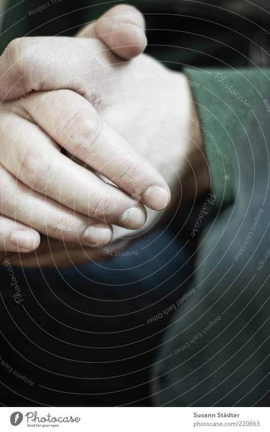warten. Mann Hand Religion & Glaube Finger Jeanshose Pullover Gebet Zusammenhalt Fingernagel geduldig Bildausschnitt vernünftig