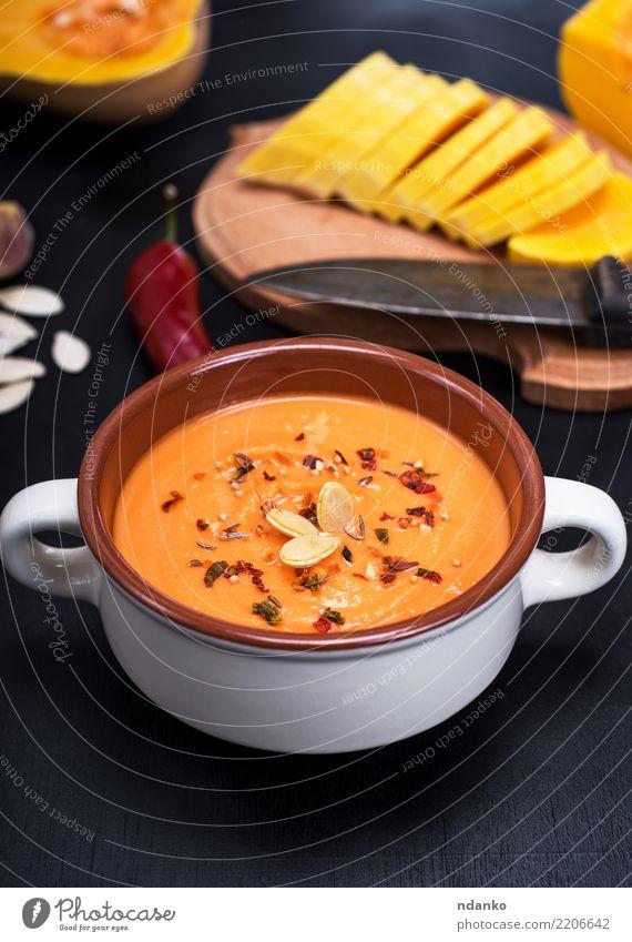 Kürbissuppe in einer keramischen Platte Natur weiß Speise schwarz Essen gelb natürlich Holz Ernährung frisch Tisch Kräuter & Gewürze Küche Gemüse Jahreszeiten