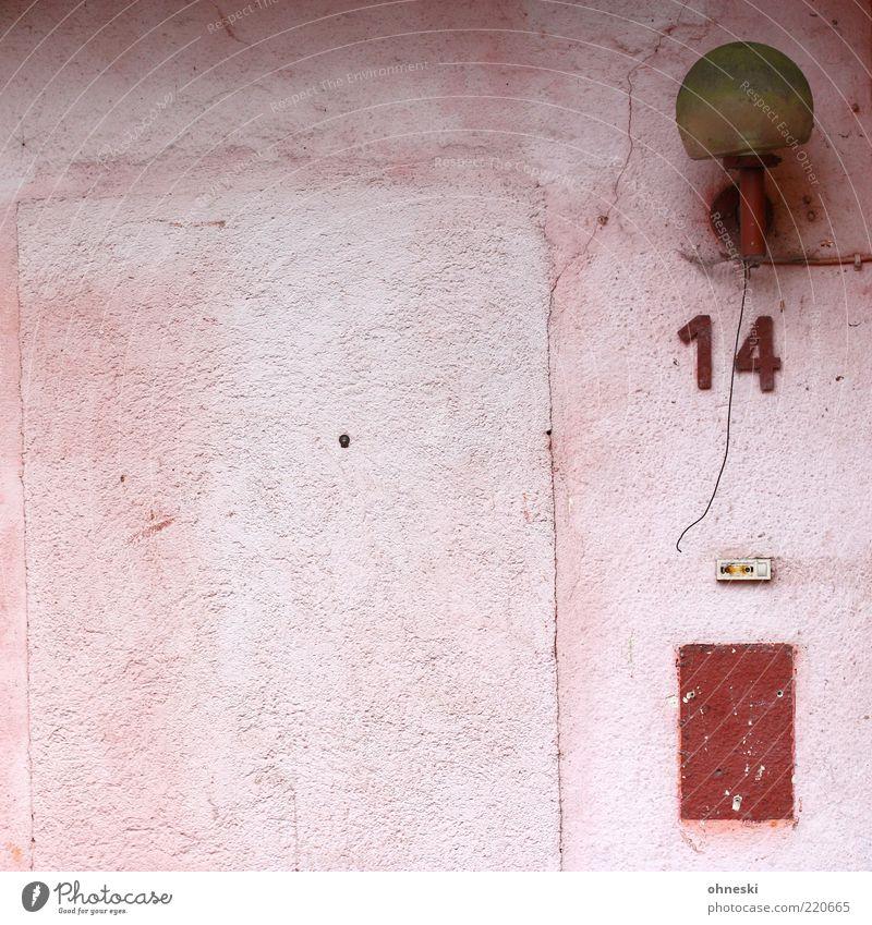 14 alt rot Haus Lampe Wand Mauer Gebäude rosa Fassade Kabel kaputt Ziffern & Zahlen Laterne Verfall trashig Klingel