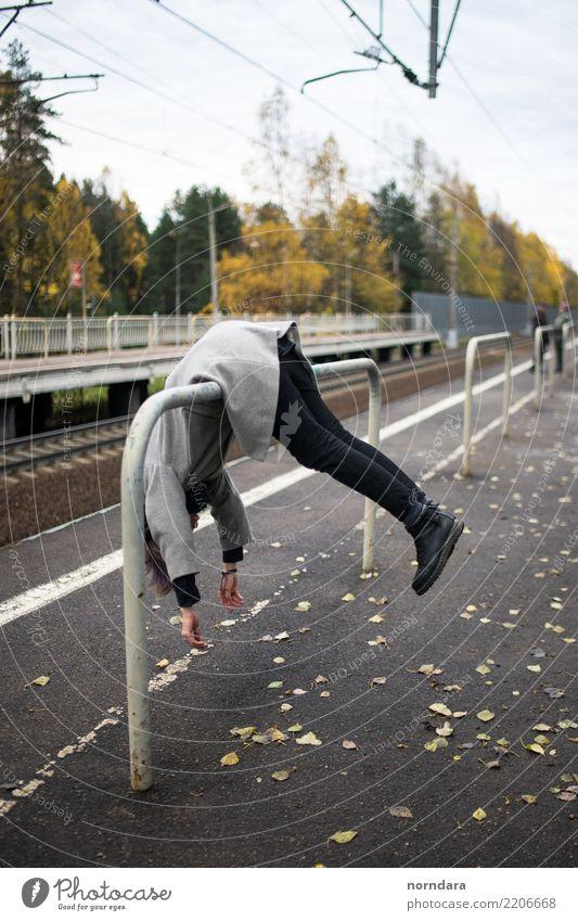Spaß auf der Bahn Mensch Ferien & Urlaub & Reisen Baum Blatt Freude Lifestyle Herbst lustig Gefühle wild Park Körper niedlich Eisenbahn Langeweile Mantel