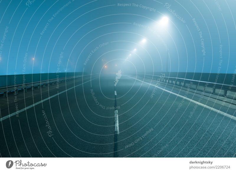 Leere Straße bei Nacht und im Nebel blau Stadt Landschaft Ferne Umwelt Verkehr Wetter modern elegant Geschwindigkeit Brücke Beton Sauberkeit