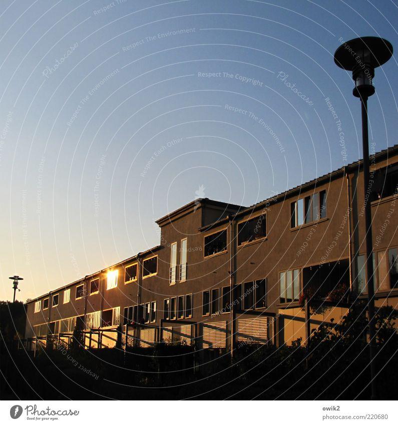 Heide Süd Haus Himmel Schönes Wetter Halle (Saale) Bauwerk Gebäude Architektur Fassade Fenster Straßenbeleuchtung Laternenpfahl Moderne Architektur eckig