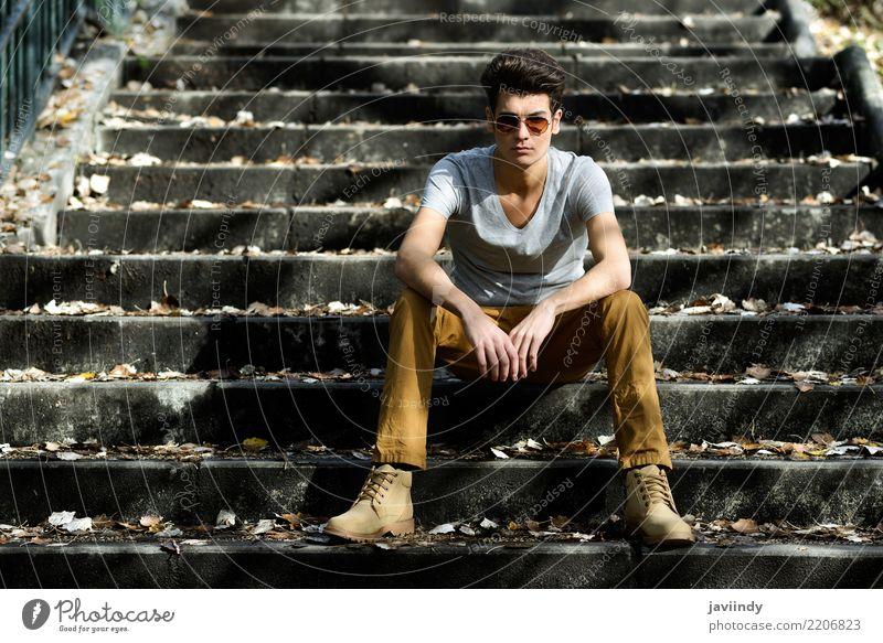 Junger Mann, Modell der Mode, sitzend in der städtischen Treppe Lifestyle Stil Haare & Frisuren Gesicht Winter Mensch Erwachsene Herbst Anzug Jacke stehen