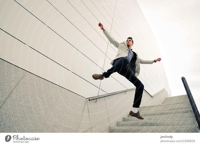 Junger gutaussehender Mann, der Jacke und Hemd springt und trägt Lifestyle Stil Business Mensch Erwachsene Natur Mode Anzug Lächeln springen stehen Coolness